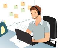 Un hombre o un empleado de oficina sonriente contesta a preguntas vía el email, sala de chat, usando el ordenador portátil, lugar Imagenes de archivo