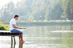 Un hombre pesca fotos de archivo