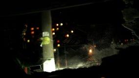 Un hombre prepara un coche para el viaje temprano por la mañana en el invierno que limpia el parabrisas del hielo metrajes