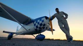 Un hombre presenta con un avión, visión inferior metrajes