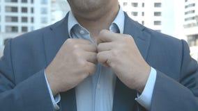 Un hombre que abotona su chaqueta almacen de video