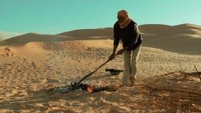 Un hombre que acampa en el desierto del Sáhara metrajes
