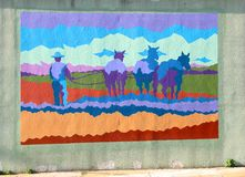 Un hombre que ara un mural del campo en James Road en Memphis, Tennessee fotos de archivo