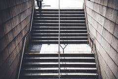 Un hombre que camina abajo de las escaleras para ir a la estación de tren subterráneo Fotos de archivo