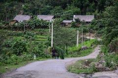 Un hombre que camina en el camino de la montaña imagen de archivo