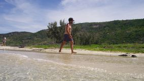Un hombre que camina en la orilla de mar metrajes