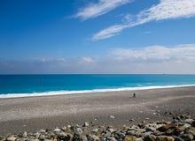Un hombre que camina en la playa del Pacífico imágenes de archivo libres de regalías