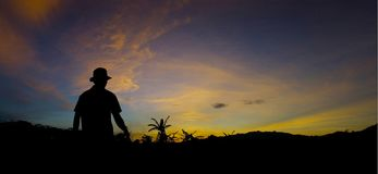 Un hombre que camina en la salida del sol de la mañana Imagenes de archivo