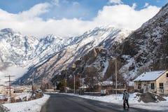 Un hombre que camina a lo largo de una calle del pueblo Sioni Imagen de archivo