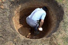 Un hombre que cava un nuevo pozo foto de archivo libre de regalías