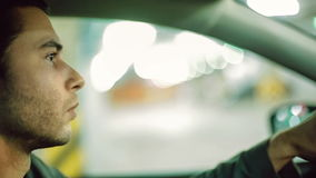 Un hombre que conduce el coche en el estacionamiento del undergroung Cierre para arriba Fondo de Bokeh almacen de video