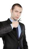 Un hombre que corta un cigarrillo con las tijeras Imagen de archivo libre de regalías