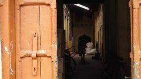Un hombre que deja un pasillo mal encendido, Kerala, la India metrajes