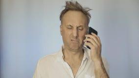 Un hombre que es malo después de un partido, hablando en el teléfono almacen de video