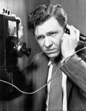 Un hombre que escucha en el teléfono (todas las personas representadas no son vivas más largo y ningún estado existe Garantías de Fotos de archivo