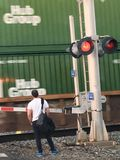 Un hombre que espera el tren para pasar Fotografía de archivo