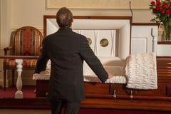 Un hombre que está de luto Imagenes de archivo