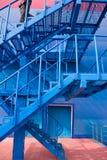 Un hombre que funciona con para arriba las escaleras Foto de archivo libre de regalías