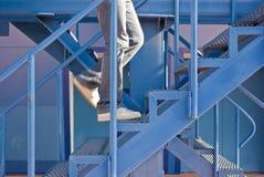 Un hombre que funciona con para arriba las escaleras Fotografía de archivo libre de regalías