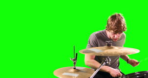 Un hombre que juega los tambores almacen de video