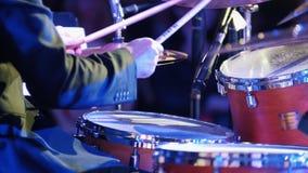 Un hombre que juega los tambores en el concierto del jazz Visión posterior almacen de video