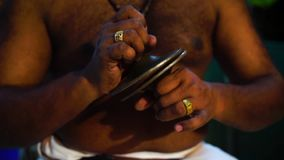 Un hombre que maneja un instrumento de percusión almacen de video