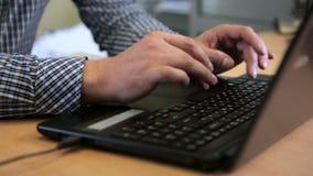 Un hombre que mecanografía en el teclado almacen de video