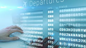 un hombre que mecanografía en su ordenador portátil en un aeropuerto