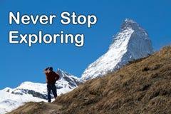 Un hombre que mira el pico del Cervino en la distancia Foto de archivo libre de regalías