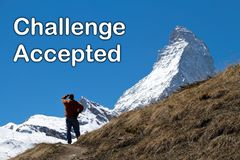 Un hombre que mira el pico del Cervino en la distancia Imagenes de archivo