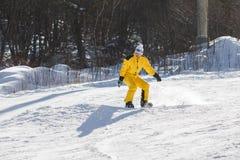 Un hombre que monta una snowboard Fotos de archivo