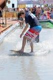 Un hombre que practica surf en una piscina en los juegos extremos de Barcelona de los deportes de LKXA Foto de archivo