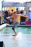 Un hombre que practica surf en una piscina en los juegos extremos de Barcelona de los deportes de LKXA Imagen de archivo libre de regalías
