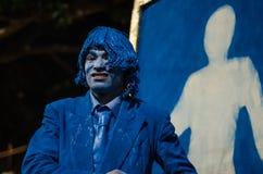 Un hombre que presenta como estatua viva en un festival Fotografía de archivo