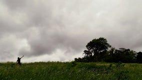 Un hombre que señala su finger en el cielo Imagen de archivo libre de regalías