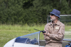 Un hombre que se inclina en el planeador Imagen de archivo libre de regalías