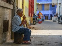 Un hombre que se sienta en la ciudad vieja en Jodhpur, la India foto de archivo