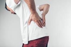 Un hombre que se sostiene el pene con en el fondo blanco Imagenes de archivo