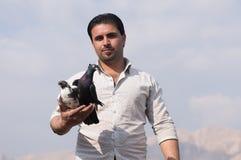 Un hombre que sostiene palomas con orgullo Fotografía de archivo libre de regalías