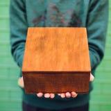 Un hombre que sostiene una caja de madera Fotografía de archivo