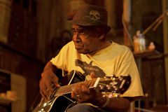 Un hombre que toca una guitarra, Clarkesdale Fotos de archivo libres de regalías