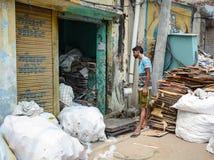 Un hombre que trabaja en el almacén en la India Fotos de archivo libres de regalías