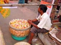 Un hombre que vende fryums en la calle Fotos de archivo libres de regalías