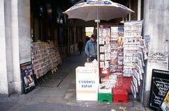 Un hombre que vende los periódicos, Londres. imagen de archivo