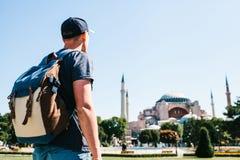 Un hombre que viaja con una mochila en el cuadrado de Sultanahmet cerca de la mezquita famosa de Aya Sofia en Estambul en Turquía Foto de archivo libre de regalías