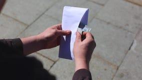 Un hombre recibe un sueldo en un sobre Él que cuenta el dinero almacen de video