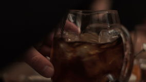 Un hombre revuelve el hielo en una bebida en una jarra almacen de video