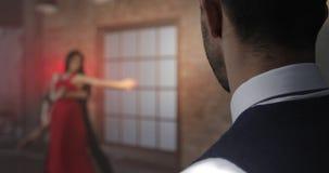 Un hombre rico mira a bailarines profesionales almacen de metraje de vídeo