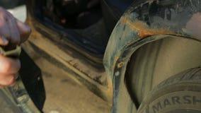 Un hombre saca sus travesaños del coche almacen de metraje de vídeo