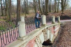 Un hombre se coloca en un puente Imagen de archivo